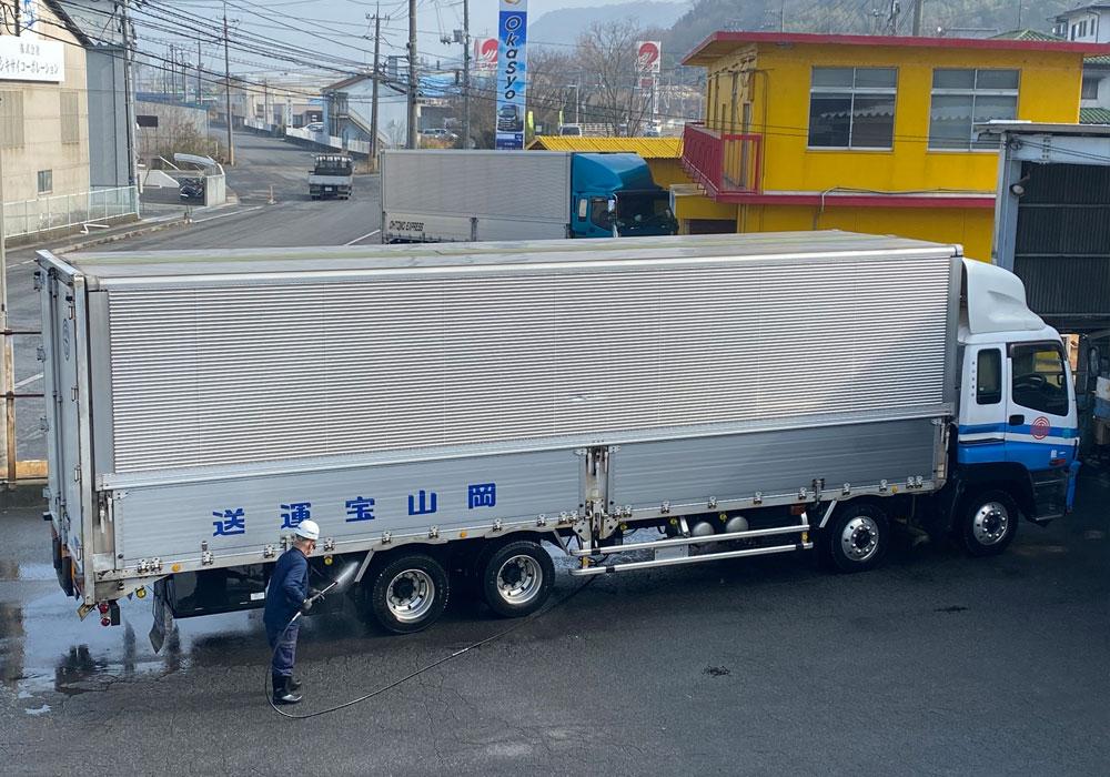 大型トラック・洗車風景